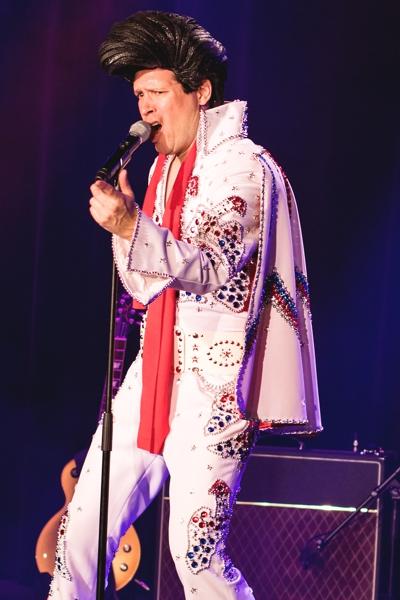 Oliver Klein parodiert einen Elvis Imitator